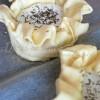 Camembert zapiekany w cieście francuskim z żurawiną i tymiankiem