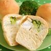Drożdżowe muffiny z fetą i brokułem