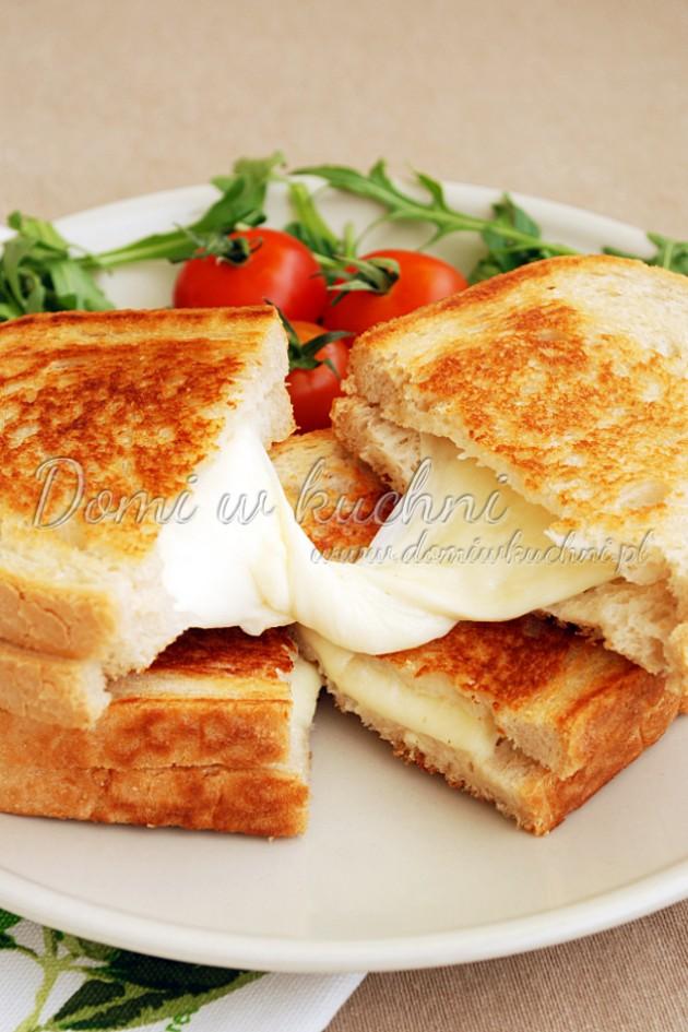 Smażona kanapka z mozzarellą