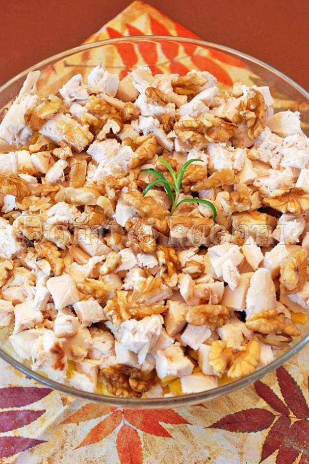 Sałatka warstwowa z kurczakiem, orzechami i fasolką