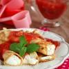 Naleśniki z serem i sosem z rabarbaru