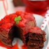 Pancakes czekoladowe z sosem truskawkowym