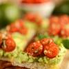 Crostini z awokado i pomidorkami