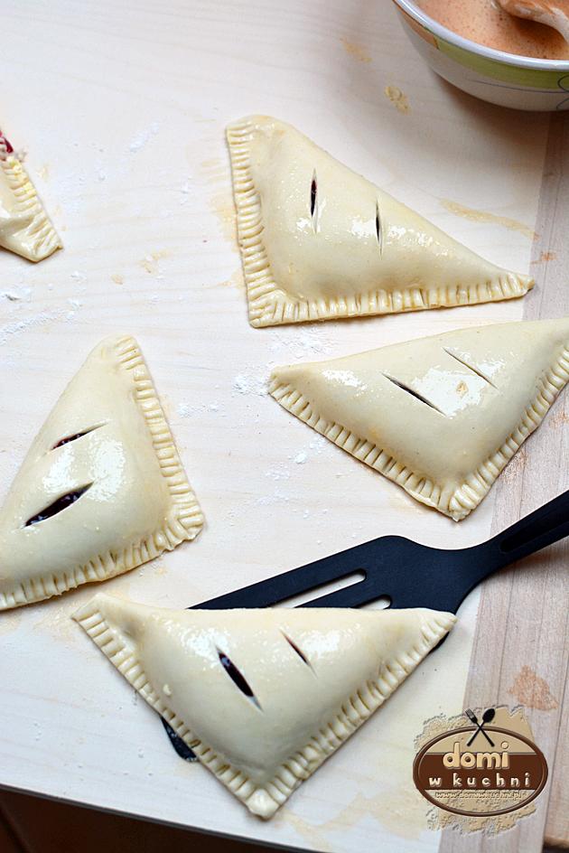 trójkąty z ciasta francuskiego z serem i wiśniami2