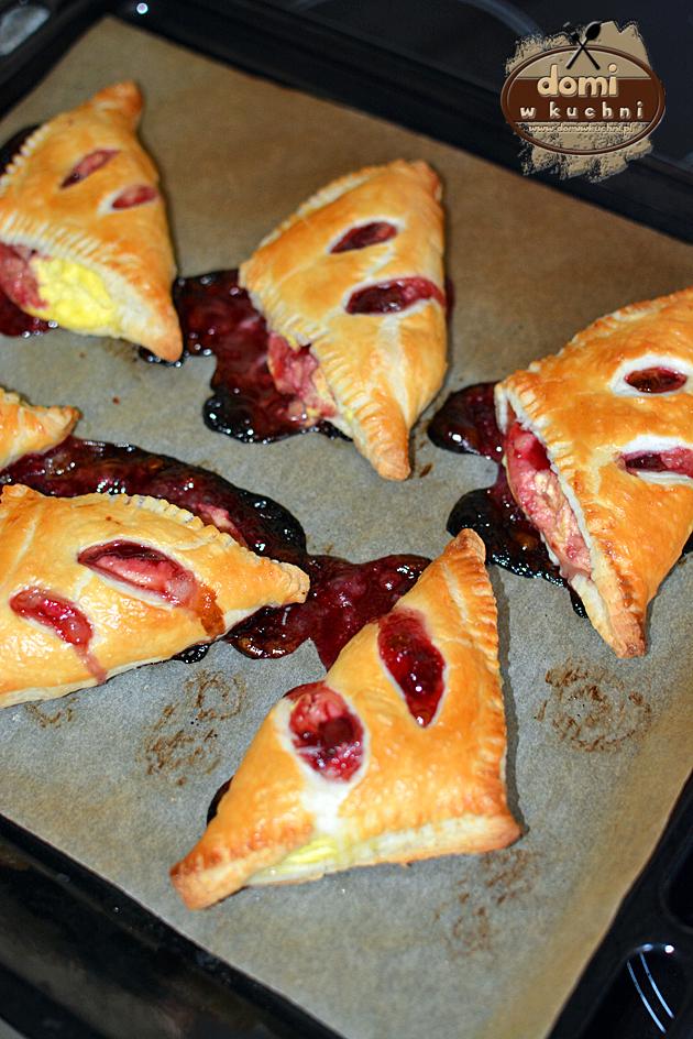 trójkąty z ciasta francuskiego z serem i wiśniami3